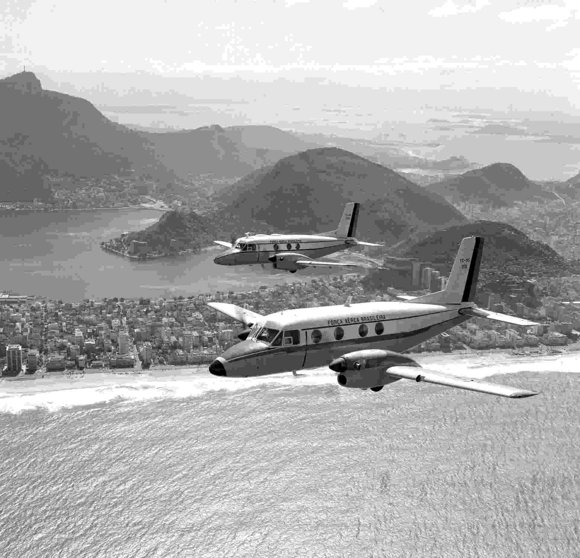 Voo do primeiro (acima) e segundo protótipos do Bandeirante, da Embraer, no Rio de Janeiro - Divulgação