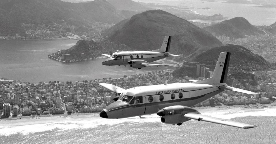 Voo do primeiro (acima) e segundo protótipos do Bandeirante, da Embraer, no Rio de Janeiro