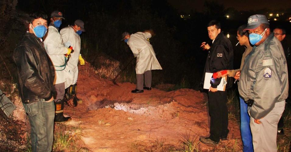 23.out.2013 - A polícia encontrou um corpo enterrado na estrada do Jequirituba, região do Grajaú, zona sul de São Paulo, no início da madrugada desta quarta-feira (23). Segundo o sargento da 3ª Cia do 50º BPMM (Batalhão de Polícia Militar Metropolitano), a equipe foi procurada pelo morador do terreno que estranhou a terra fofa, recém-revirada. Com a ajuda de homens do Corpo dos Bombeiros, os investigadores resgataram o cadáver, pertencente a um homem, que foi encaminhado ao IML Central. O departamento de homicídios irá investigar o caso