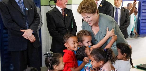Dilma é abraçada por crianças durante cerimônia de inauguração de escolas municipais em Belo Horizonte - Roberto Stuckert Filho/PR
