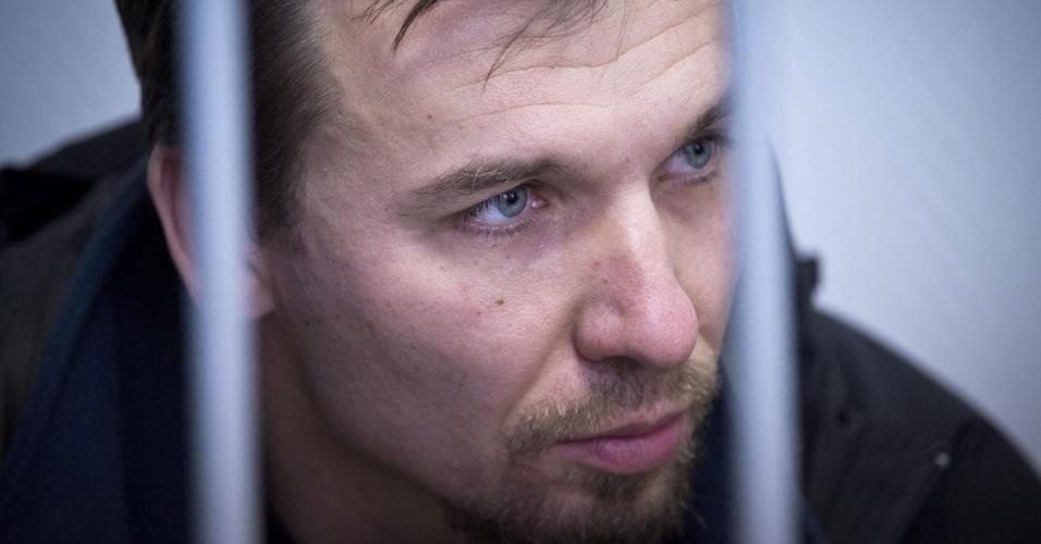 21.out.2013 - O polonês Tomasz Dziemianczuk, um dos 30 ativistas do Greenpeace detidos após um protesto no Ártico, participa de audiência no tribunal da cidade de Murmansk, na Rússia