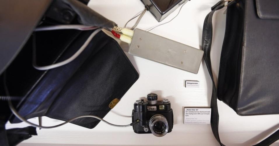 """24.out.2013 - A câmera """"Estrela do robô 50"""" e seus acessórios usados para vigilância dos cidadãos da Alemanha durante os tempos difíceis de Guerra Fria estão expostos no Museu da polícia secreta Stasi, em Berlim. O país foi dividido pelas potências vitoriosas da Segunda Guerra Mundial e, até a reunificação, em 1990, conviveu com espiões, fronteiras fortemente guardadas e foi vitrine da Guerra Fria"""
