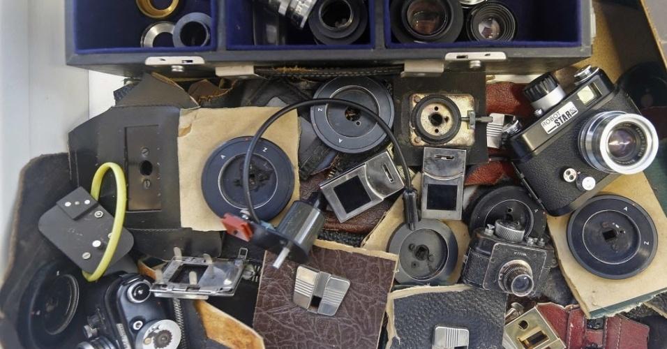 24.out.2013 - Câmeras e lentes usadas pela polícia secreta da Stasi para vigiar os cidadãos da Alemanha também estão em exposição no Museu da polícia secreta Stasi, em Berlim. A vigilância de estado é um assunto ainda muito sensível na Alemanha, um país assombrado pelas memórias do uso de escutas pela polícia secreta