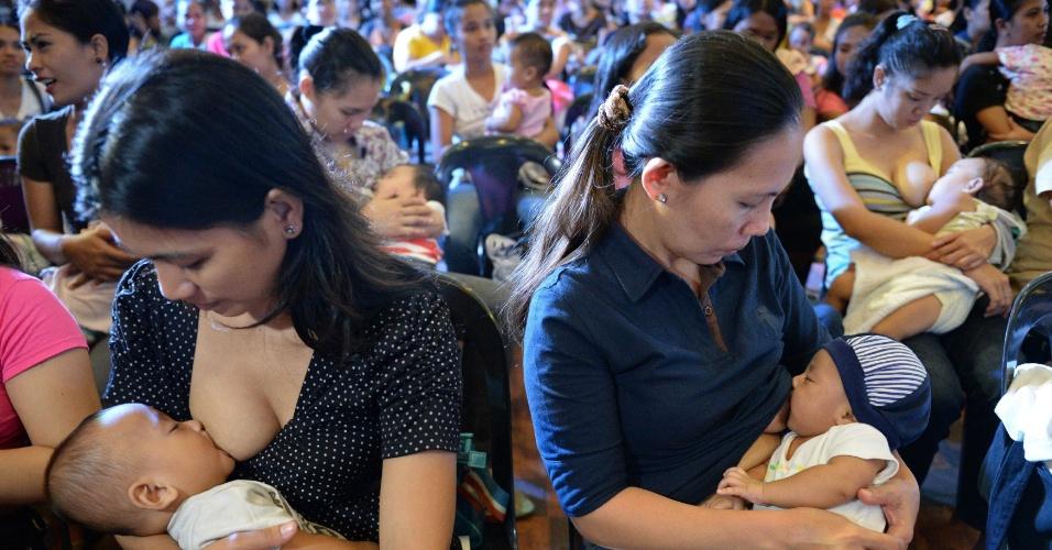 24.out.2013 - Filipinas participam nesta quinta-feira (24) de evento de amamentação em Cidade Marikina. O evento tenta quebrar o recorde mundial de maior número de mulheres amamentando simultaneamente em vários lugares do planeta