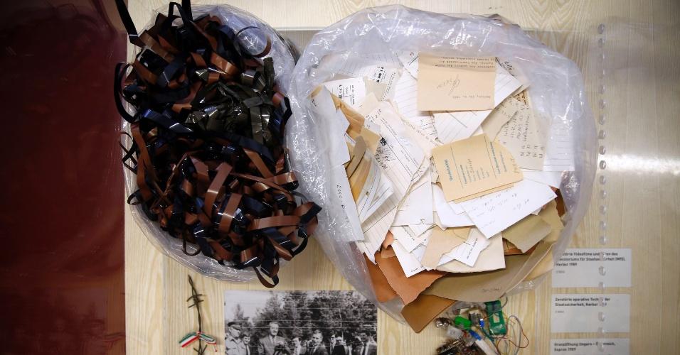 24.out.2013 - Fitas magnéticas antigas e notas de papel usadas por agentes secretos da Stasi, abreviação de Ministério para a Segurança de Estado, estão em exposição do Museu da Policia Secreta da Stasi, em Berlim, na Alemanha. A vigilância de estado é um assunto ainda muito sensível na Alemanha, um país assombrado pelas memórias do uso de escutas pela polícia secreta
