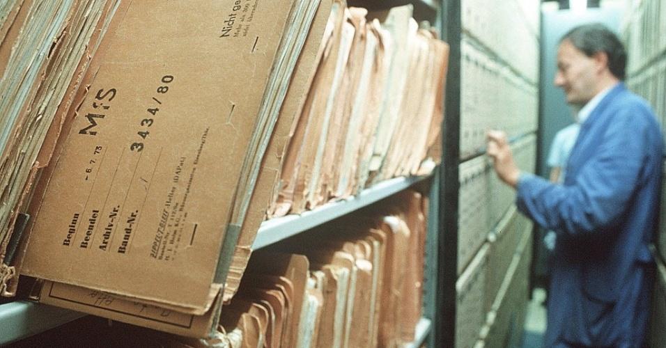 24.out.2013 - Funcionário consulta arquivos com material impresso e gravado do serviço secreto da Alemanha Oriental, em Berlim. Entre 1950 e 1989, a polícia empregou um total de 274 mil pessoas. Quando foi extinta, tinha mais de 91 mil funcionários, além de 173 mil ?colaboradores não-oficiais?