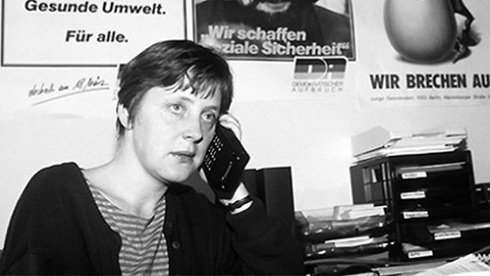 24.out.2013 - Na foto, Merkel fala ao telefone no escritório de um movimento de oposição democrática na Alemanha Oriental, em 1989. Ela nasceu em Hamburgo, no lado ocidental, mas cresceu no lado socialista, para onde se mudou ainda na infância. O país foi dividido pelas potências vitoriosas da Segunda Guerra Mundial e, até a reunificação, em 1990, conviveu com espiões, fronteiras fortemente guardadas e foi vitrine da Guerra Fria