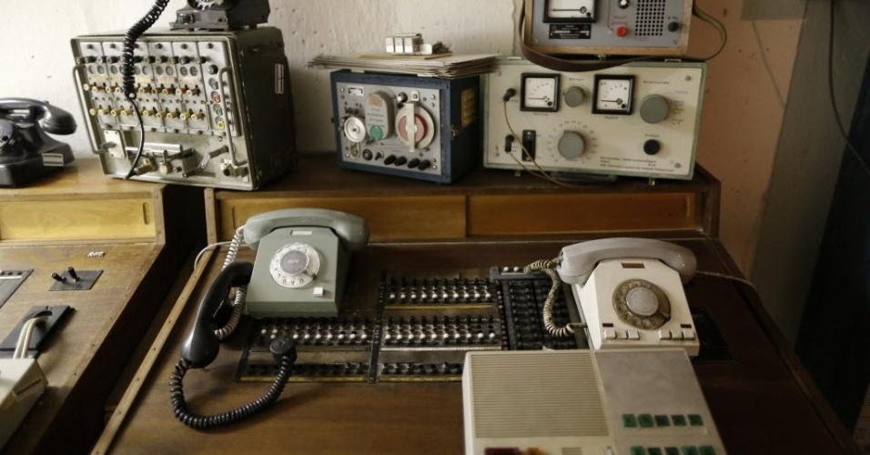 24.out.2013 - O aparelho para escutas telefônicas hoje faz parte do acervo do Bunker Museum, próximo à cidade de Ilmenau, mas era instrumento de trabalho dos agentes da Stasi na década de 1970. O local era uma unidade secreta da polícia para documentação de atividades consideradas suspeitas