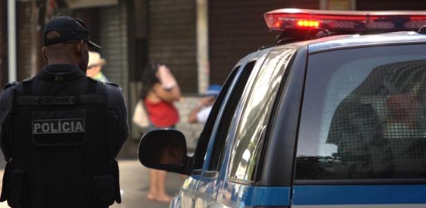 Policiais guardaram a entrada do morro Pavão-Pavãozinho, em Copacabana, zona sul do Rio, na quinta-feira (24), e o comércio ficou fechado