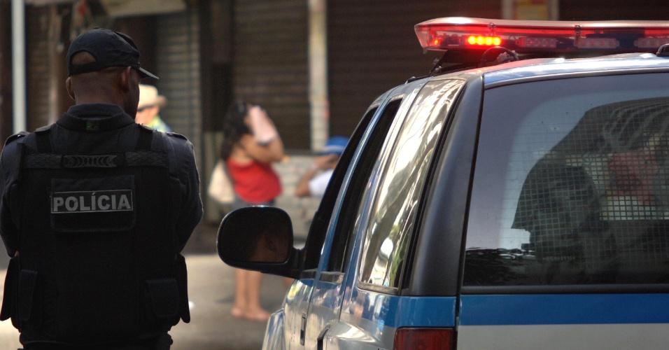 24.out.2013 - Policiais guardam a entrada do morro Pavão-Pavãozinho, em Copacabana, zona sul do Rio de Janeiro, na manhã desta quinta-feira (24). Uma troca de tiros no morro durante a madrugada terminou com um morto e um ferido. Uma ambulância chegou a atender o baleado no local, mas ele não resistiu aos ferimentos e morreu na calçada. Policiais do 19º Batalhão de Polícia Militar (Copacabana) tiveram de intervir para evitar que o trânsito fosse fechado pelos moradores