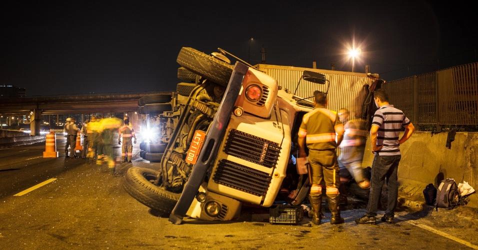 24.out.2013 - Uma carreta tombou na marginal Pinheiros, próximo à ponte Eusébio Matoso, em São Paulo, por volta das 3h30