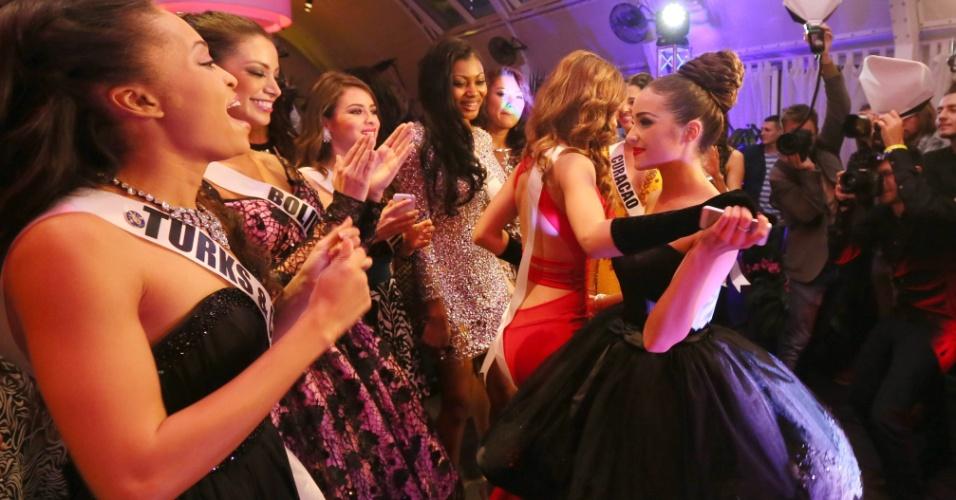 25.out.2013 - A Miss Universo 2012, Olivia Culpo, de Rhode Island (à dir.), conversa com as candidatas do Miss Universo 2013, durante o jantar de boas-vindas do concurso de beleza, em Moscou, na Rússia, nesta sexta-feira (25). O Miss Universo 2013 será realizado no Crocus City Hall, em Moscou, no dia 9 de novembro
