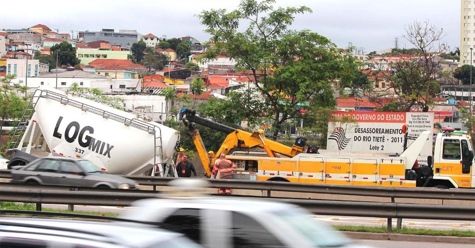 25.out.2013 - Caminhão com silo de cimento perdeu a parte traseira na manhã desta sexta-feira (25), na marginal Tietê, em São Paulo, próximo à ponte do Piqueri. Agentes da CET (Companhia de Engenharia de Tráfego) foram até o local para orientar o trânsito