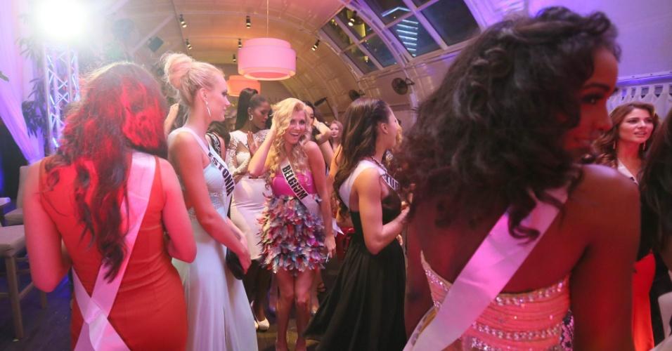 25.out.2013 - Candidatas ao Miss Universo 2013 dançam durante o jantar de boas vindas do concurso de beleza, em Moscou, na Rússia, nesta sexta-feira (25). O Miss Universo 2013 será realizado no Crocus City Hall, em Moscou, no dia 9 de novembro