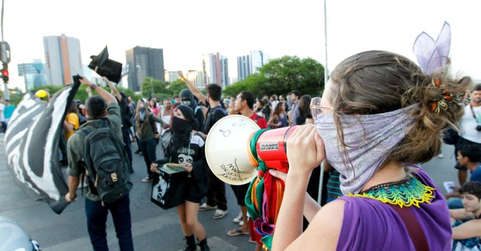 25.out.2013 - Manifestantes fecham avenidas do Eixo Monumental de Brasília e de acesso à Rodoviário da capital federal na noite desta sexta-feira (25), durante protesto da Semana Nacional de Luta pela Tarifa Zero