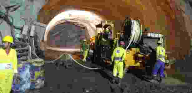 Robô aplica concreto no túnel que substituirá a Perimetral: o material demora 30 segundos em contato com o ar para começar a endurecer - Giuliander Carpes/UOL