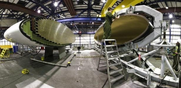 Cientista trabalha em cúpula de aeronave Sentry; novos materiais são testados pela indústria - Blake Carruthers/Crown/BBC