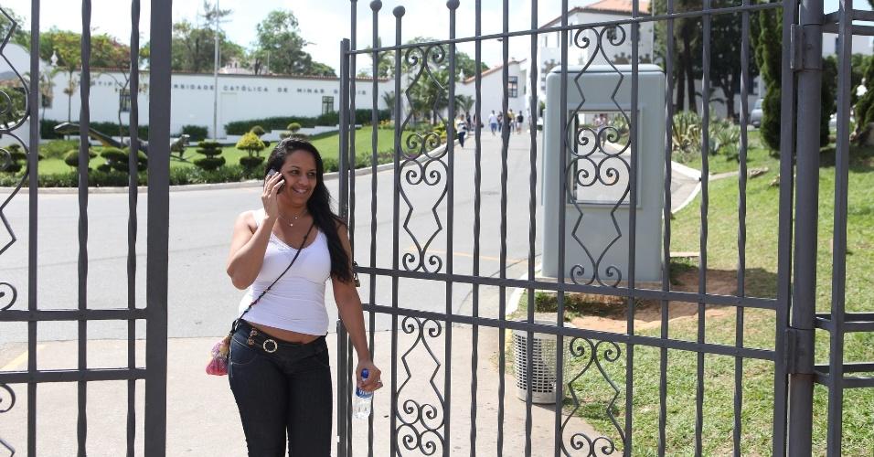 26.out.2013 - Após duas horas de prova, os primeiros candidatos deixam a PUC-Minas no primeiro dia do Enem (Exame Nacional do Ensino Médio) 2013