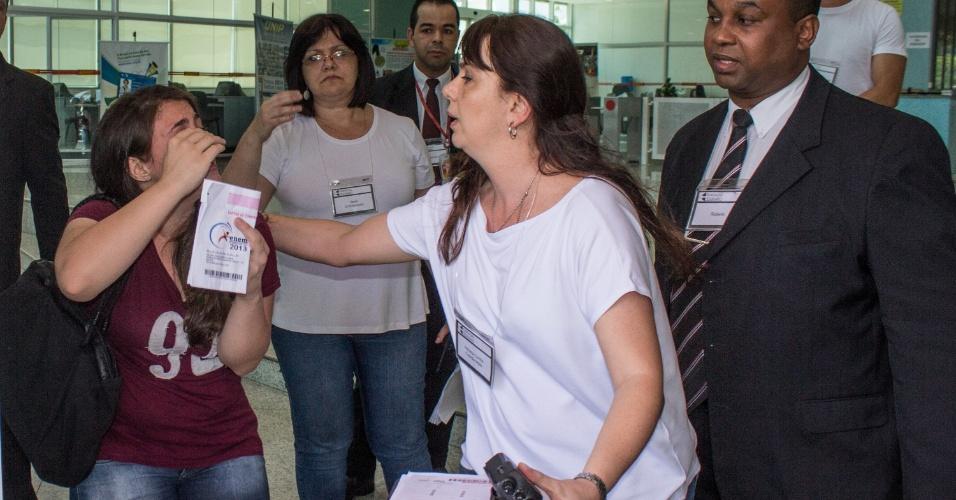 26.out.2013 - Candidata ao Enem 2013 chega em cima da hora para fazer a prova no campus Unip Vergueiro, Paraíso. Ela esqueceu o RG e foi retirada do local por uma fiscal