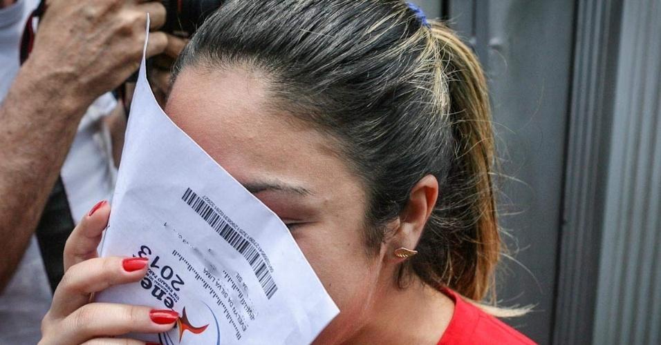 26.out.2013 - Candidata chega atrasada e perde o primeiro dia de prova do Enem (Exame Nacional do Ensino Médio) 2013, em faculdade na Barra Funda, em Sao Paulo