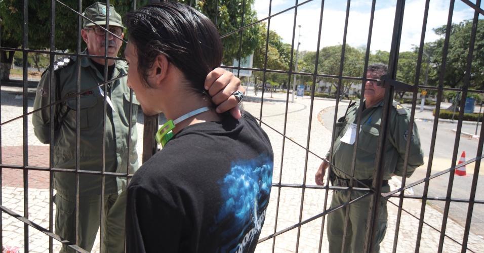 26.out.2013 - Candidato chega atrasado em local de prova no Campus do Itaperi, da Universidade Estadual do Ceará, para o primeiro dia de provas do Enem.