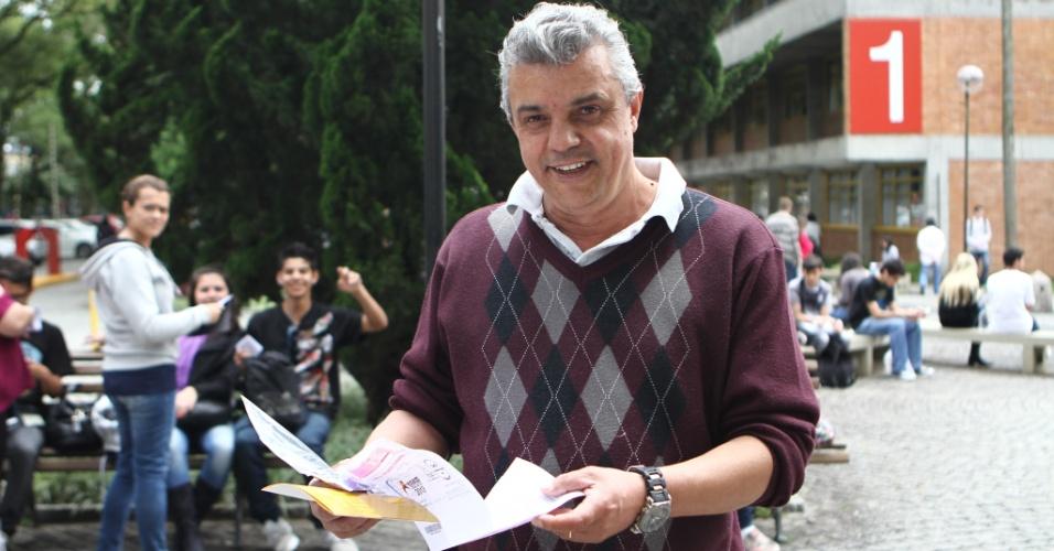 26.out.2013 - Candidatos aguardam a liberação dos portões durante o primeiro dia das provas do Enem (Exame Nacional do Ensino Médio) 2013 na PUC, em Curitiba