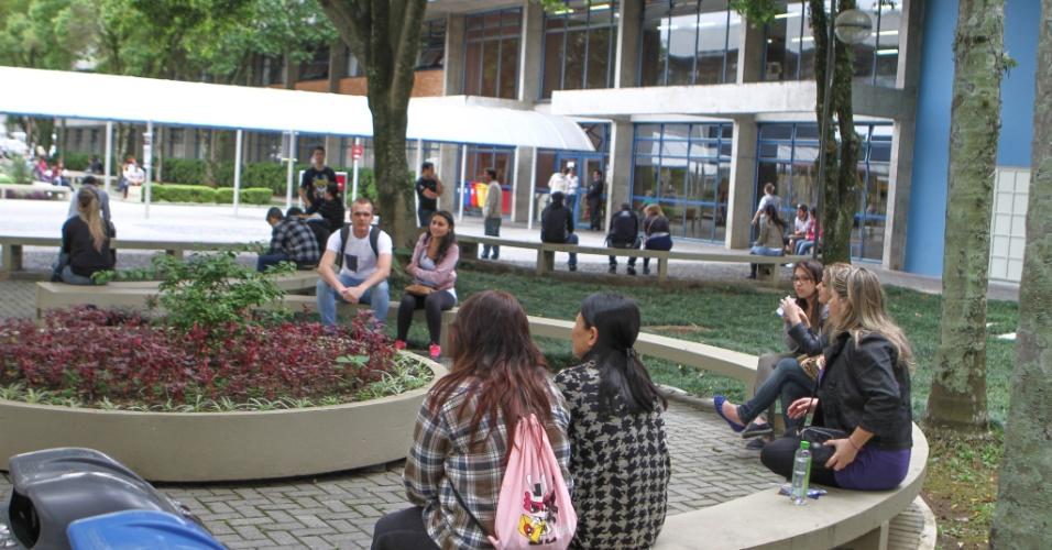 26.out.2013 - Candidatos aguardam a liberação dos portões durante o primeiro dia das provas do Enem (Exame Nacional do Ensino Médio) na PUC, em Curitiba