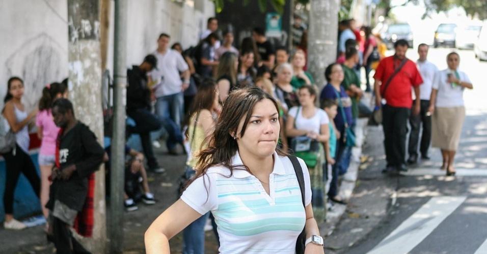 26.out.2013 - candidatos aguardam início do primeiro dia de provas do Enem, em unidade na Barra Funda, São Paulo