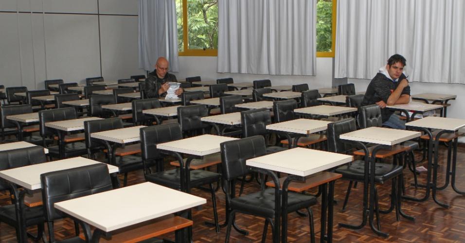 26.out.2013 - Candidatos aguardam o início da prova no primeiro dia do Enem na PUC, em Curitiba