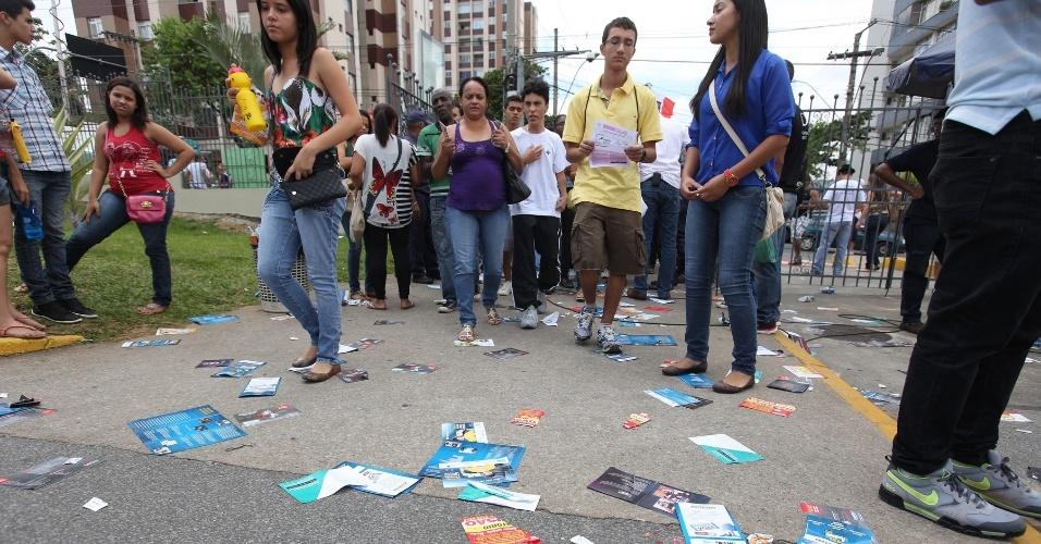 26.out.2013 - Candidatos chegam a PUC Minas, na região noroeste de Belo Horizonte, para prova do Enem (Exame Nacional do Ensino Médio) 2013