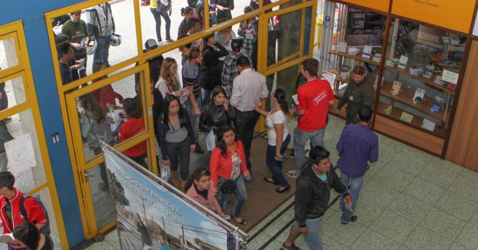 26.out.2013 - Candidatos começam a entrar no prédio da PUC, em Curitiba, para o primeiro dia das provas do Enem (Exame Nacional do Ensino Médio) 2013