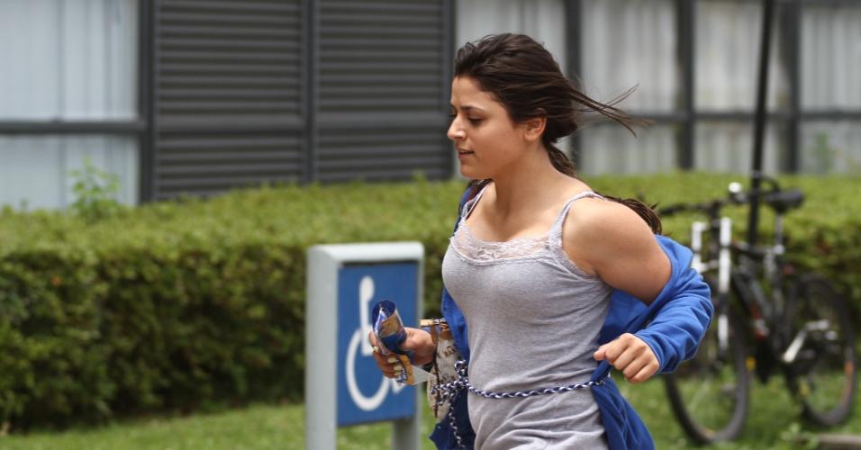 26.out.2013 - Candidatos correm para não perder a prova durante o primeiro dia das provas do Enem (Exame Nacional do nsino Médio) na PUC, em Curitiba