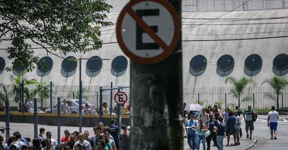 26.out.2013 - Candidatos correm para não perder o primeiro dia de prova do Enem (Exame Nacional do Ensino Médio) 2013, em faculdade na Barra Funda, em Sao Paulo