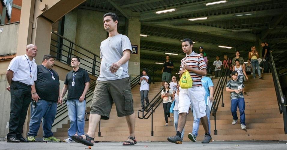 26.out.2013 - Candidatos deixam local de prova na Barra Funda, São Paulo, no primeiro dia do Enem