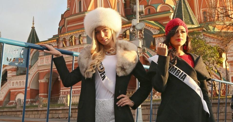 26.out.2013 - Carmen Lucia Aldana Roldan (direita), Miss Colômbia, e Alexandra Friberg (esquerda), tiram foto em frente à Catedral de São Basílio, em Moscou (Rússia). As candidatas ao Miss Universo, concurso que ocorrerá no próximo dia 9 de novembro, participam de vários tours pela capital da Rússia, que sediará o evento