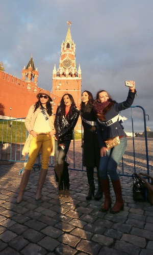 26.out.2013 - Da esquerda para a direita: Vania Larissa (Miss Indonésia), Ariella Arida (Miss Filipinas), Riza Santos (Miss Canadá) e Simona Burbaite (Miss Lituânia) posam para foto em frente ao Kremlin, sede do governo da Rússia, em Moscou. O evento para escolher a próxima Miss Universo ocorrerá no dia 9 de novembro