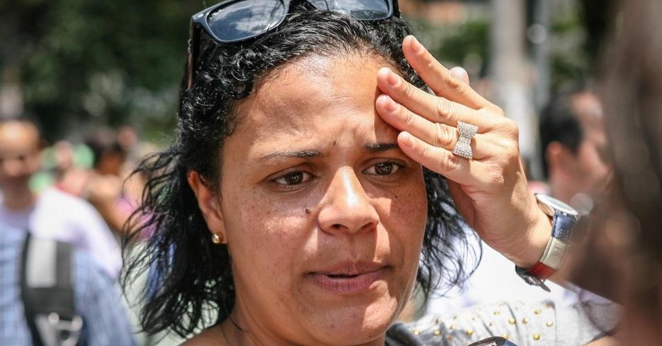 26.out.2013 - Elizabeth Aparecida Santos, 34, chega após os portões fecharem para a prova do Enem (Exame Nacional do Ensino Médio) 2013, em faculdade na Barra Funda, em Sao Paulo