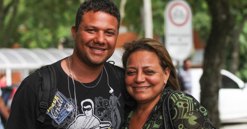 26.out.2013 - Elma Yeda, 47, e seu filho Jorge Felix, que esperou a mãe terminar a prova no primeiro dia do Enem em Curitiba