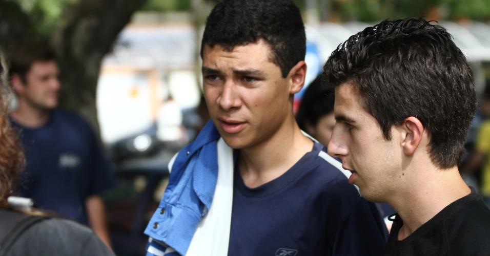 26.out.2013 - Eloan Araujo, 17, e Douglas Henrique,17, apostam que o tema da prova de redação deste domingo (25) será a maioridade penal