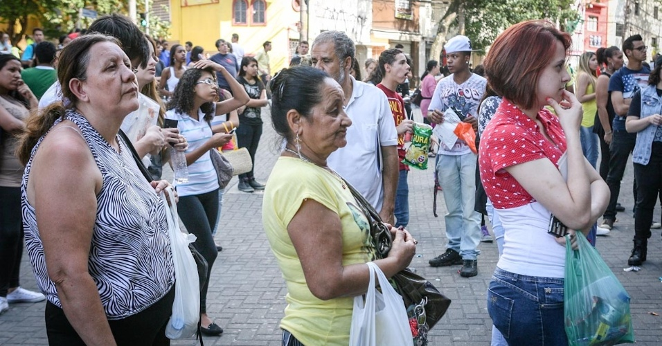 26.out.2013 - Familiares e amigos aguardam candidatos terminarem o primeiro dia de prova do Enem em local de prova na Barra Funda, São Paulo