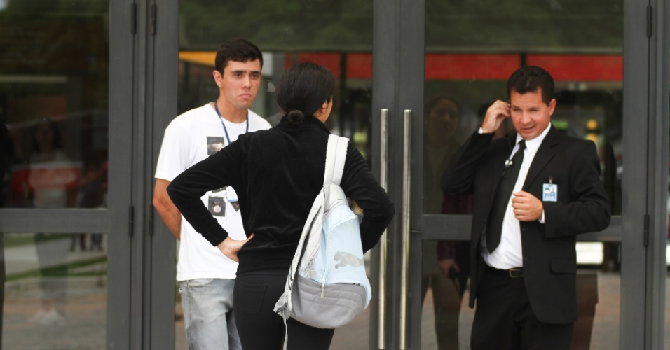 26.out.2013 - Fernanda Clemente chegou atrasada para o primeiro dia de prova do Enem, em Curitiba. Ela relatou que no ano passado ela foi fiscal e teve cinco minutos de tolerância para a realização das provas