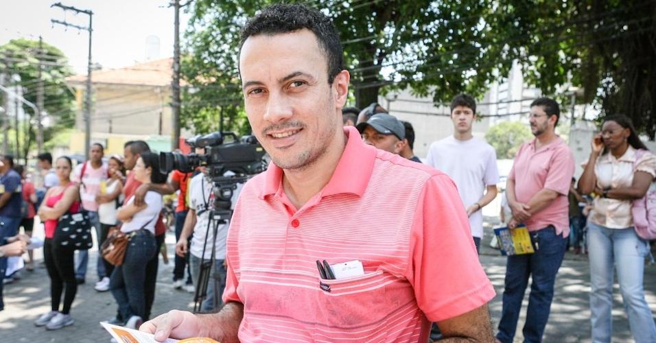 26.out.2013 - Fernando Silveira de Lima, 33, aguarda do lado de fora do local de prova para fazer o primeiro dia do Enem, em unidade na Barra Funda, em São Paulo