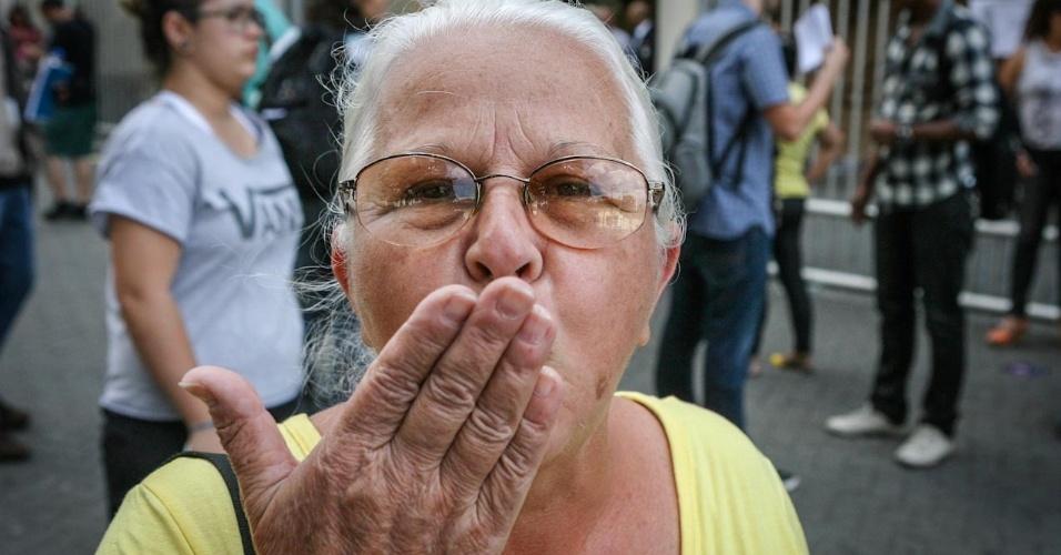 26.out.2013 - Helena Nunes, 67, é umas das primeiras candidatas a deixar unidade na Barra Funda, em São Paulo, no primeiro dia do Enem