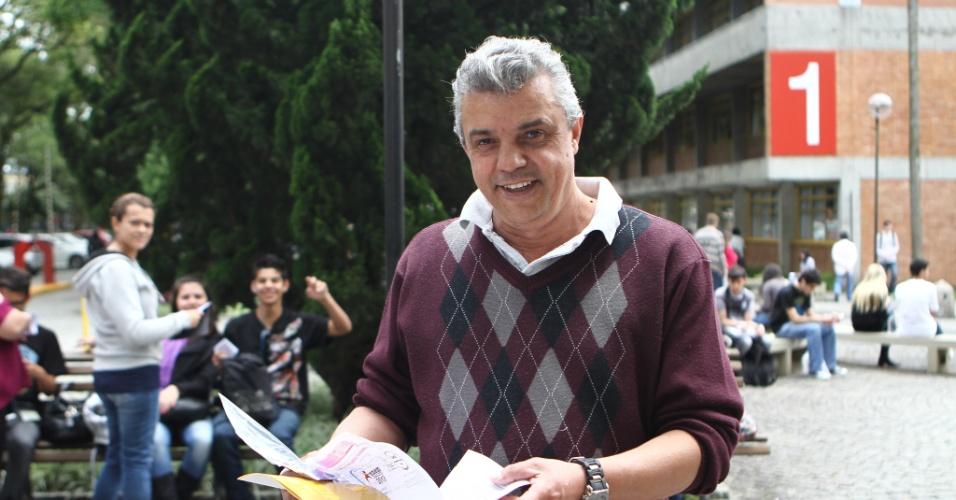 26.out.2013 - Jair Lustoza, 53, estava pronto para fazer a prova durante o primeiro dia do Exame Nacional do Ensino Médio (Enem) na PUC, em Curitiba