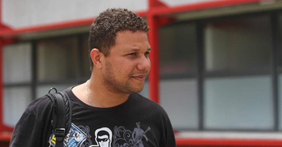 26.out.2013 - Jorge Fleix irá esperar a mãe Elma Yeda, 48, que realiza a provas do Exame Nacional do Ensino Médio (Enem) na PUC, em Curitiba