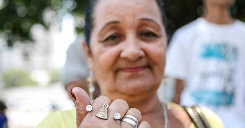 26.out.2013 - Josefa de Oliveira, 61, trouxe sua filha para fazer o primeiro dia de prova do Enem, em unidade na Barra Funda, São Paulo