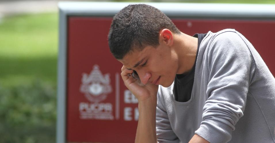 26.out.2013 - O candidato Guilherme Bressan,17, chegou atrasado por causa do trânsito durante o primeiro dia de prova do Exame Nacional do Ensino Médio na PUC, em Curitiba