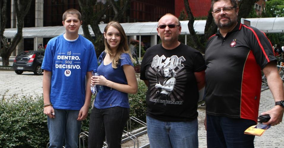 26.out.2013 - Os candidatos Diego Puchalski, 16 e Carol Brandão, 16, fazem o primeiro dia de prova do Enem na PUC, em Curitiba
