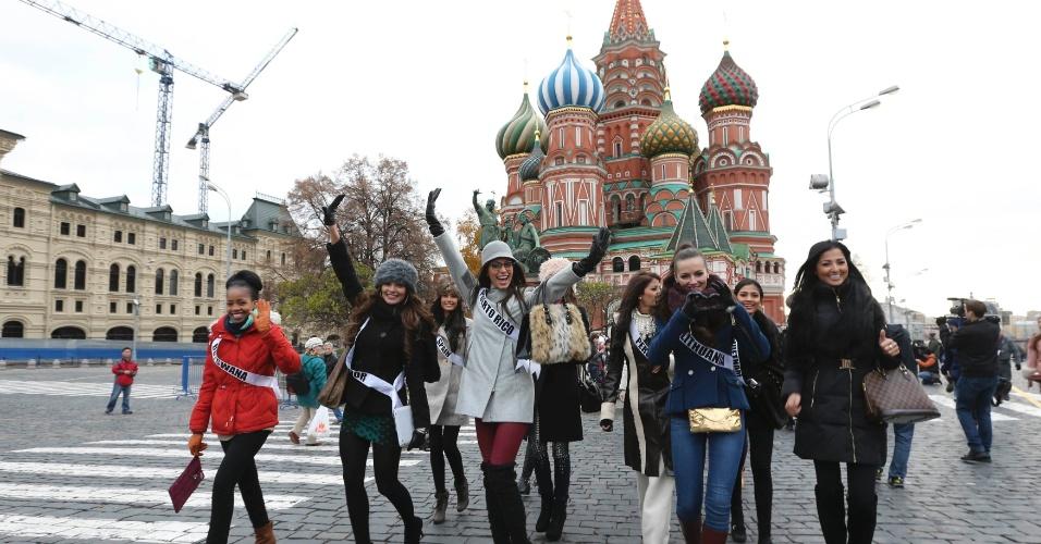 26.out.2013 - Participantes do Miss Universo 2013 caminham pela Praça Vermelha durante sessão de fotos na cidade de Moscou. O concurso, que escolherá a miss mais bela, ocorrerá em 9 de novembro na capital russa