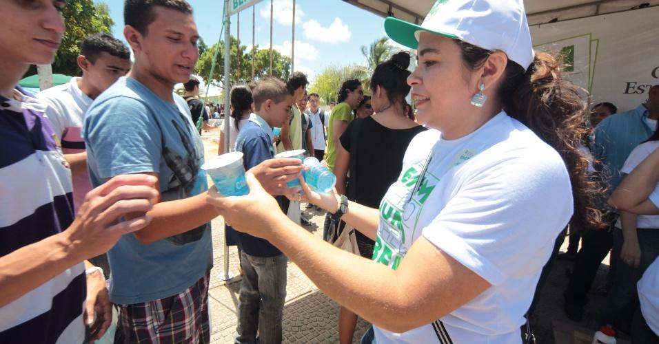 26.out.2013 - Servidores da secretaria de educação do Estado do Ceará distribuem panfletos, canetas e água mineral na entrada para o primeiro dia de provas do Enem 2013 no Campus do Itaperi, da Universidade Estadual do Ceará